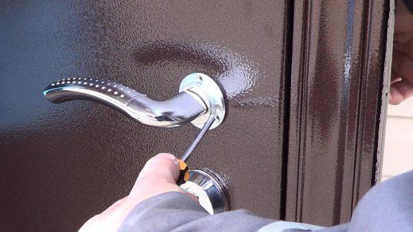 Демонтаж ручки дверного замка