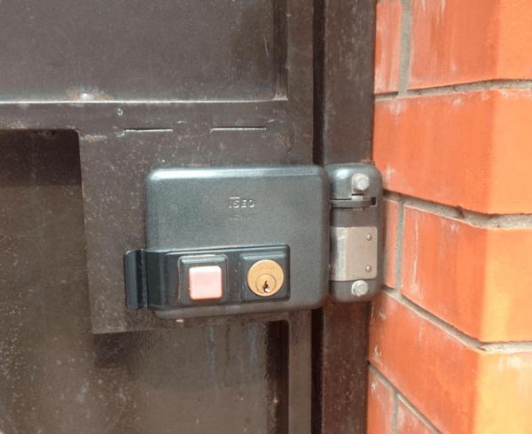 Электромеханический дверной замок