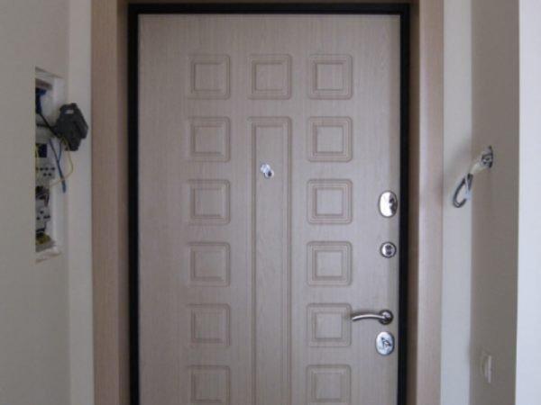 Отделка двери винипластом