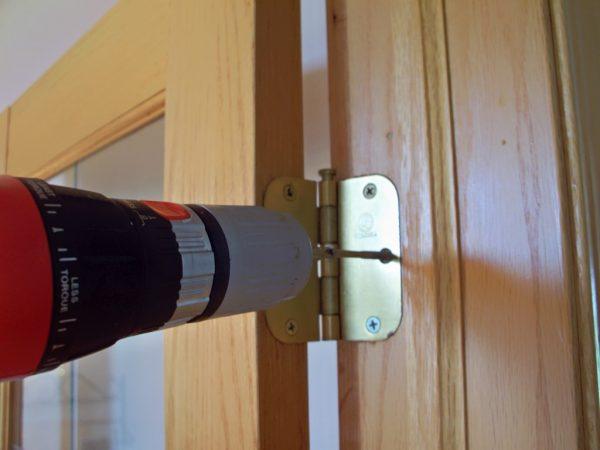 Монтаж петель на дверной короб