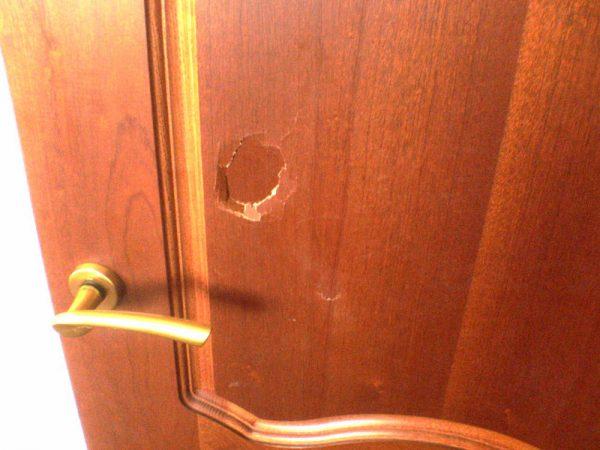 Вмятина в деревянной двери