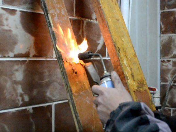 Удаление старой краски при помощи газовой горелки