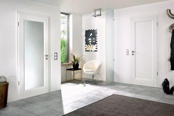 Белые двери в интерьере жилого помещения