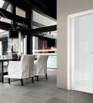 Белые глянцевые двери в общественном помещении