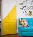 Межкомнатные светлые двери с жёлтым узором