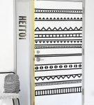 Белые двери с чёрным геометрическим узором