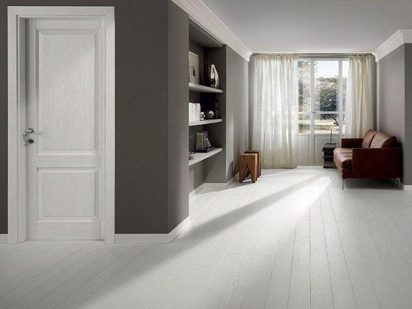 Шпонированные белые двери в жилом помещении