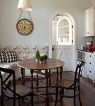 Светлые двери распашного типа на кухне