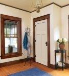 Белые двери в коричневой отделке
