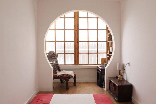 Подковообразная арка в комнате