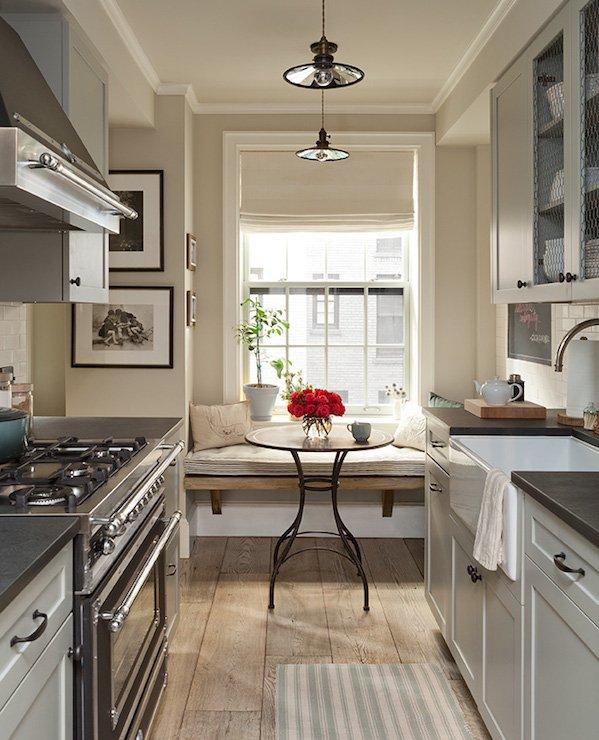 Парные люстры в вытянутом пространстве кухни