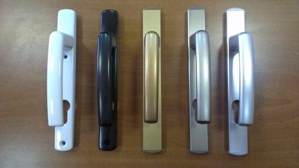 Пластиковые дверные ручки разных цветов