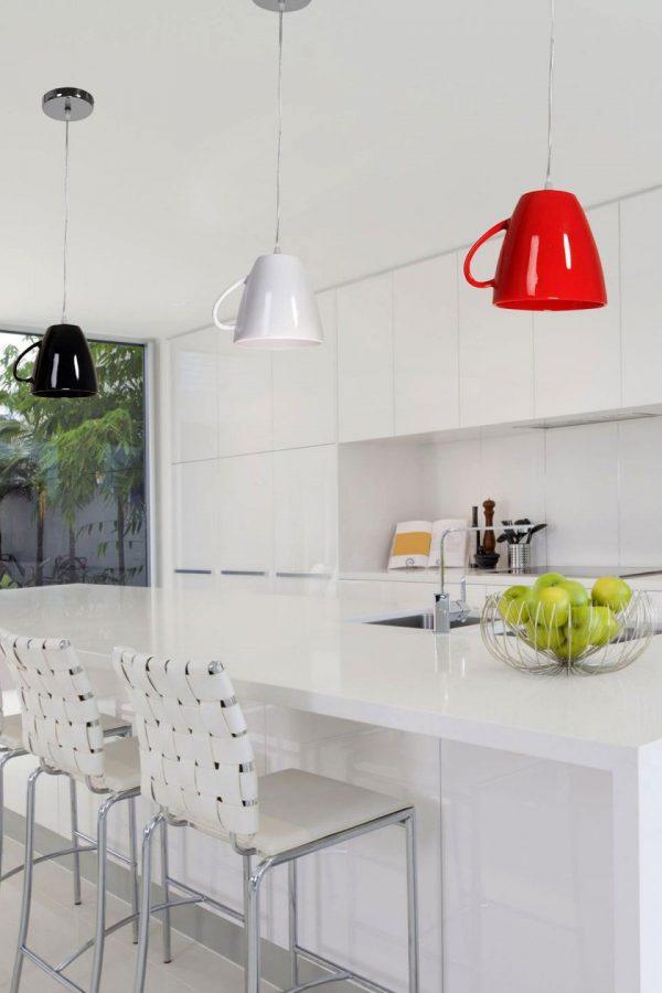 Белая кухня со светильниками в форме чашек