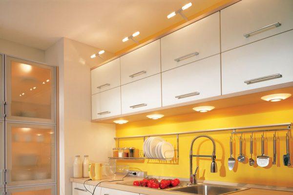 Подсветка рабочей зоны кухни накладными светильниками