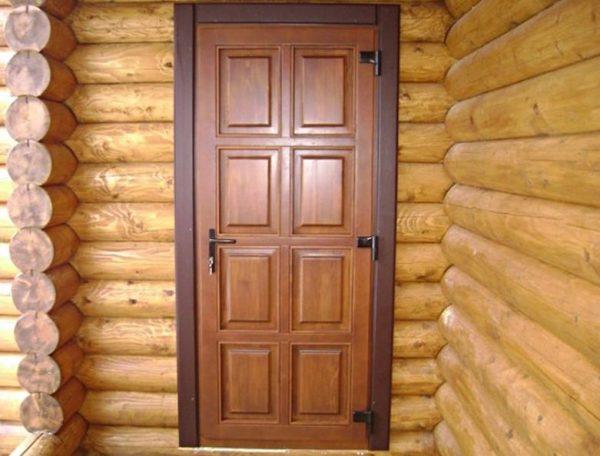 Врезной замок в деревянной двери