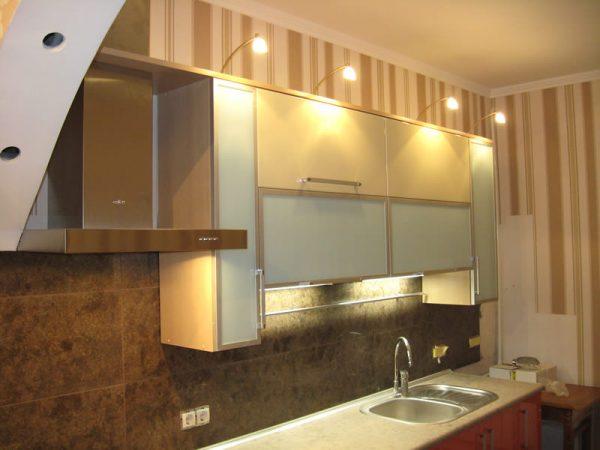Подсветка над шкафами кухни