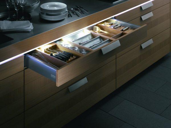 Подсветка ящиков мебели на кухне
