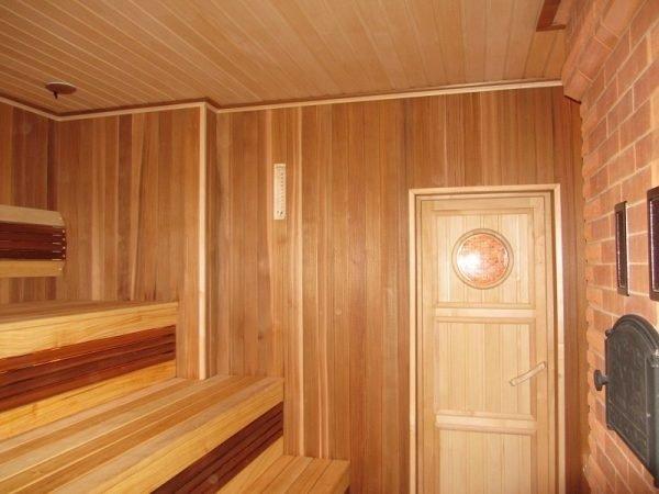 Дверь из липы в бане