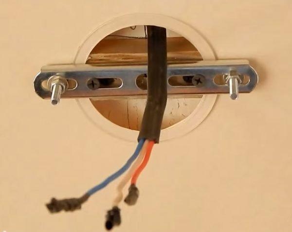 Подготовка места для крепления люстры в натяжном потолке на планку