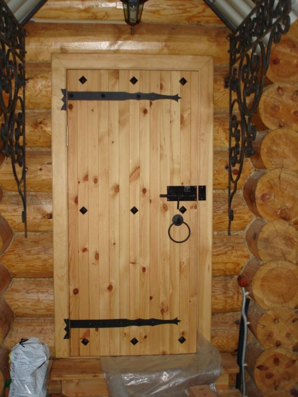 Дверь на входе в баню