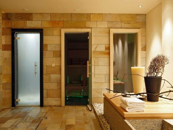 Стеклянные двери в сауне