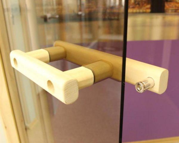 Деревянная ручка банной двери