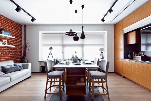 Группа из подвесных светильников разной формы над столом