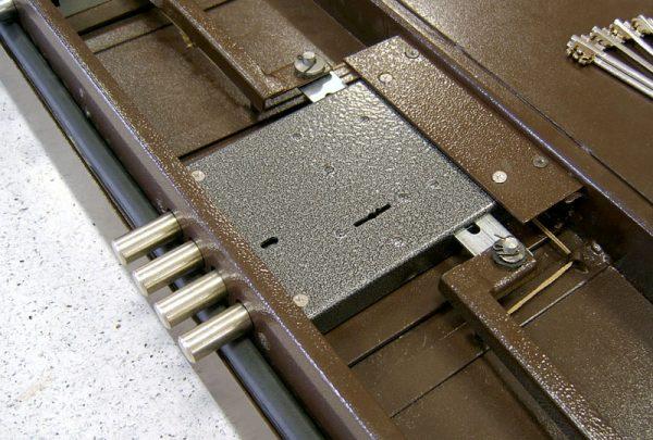 Металлическая дверь со снятой обшивкой