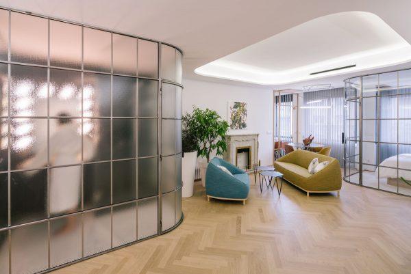 Матовые и прозрачные стеклянные перегородки в квартире