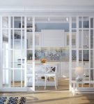 Стеклянная перегородка между кухней и гостиной