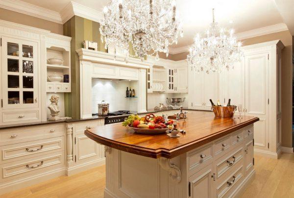 Классические люстры на кухне большой площади