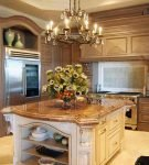 Классическая люстра на кухне с высоким потолком