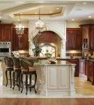 Классические люстры на большой кухне