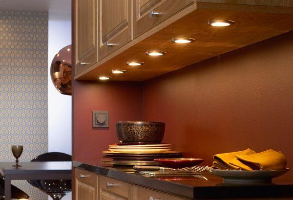 Встраиваемые светильники в кухонном гарнитуре