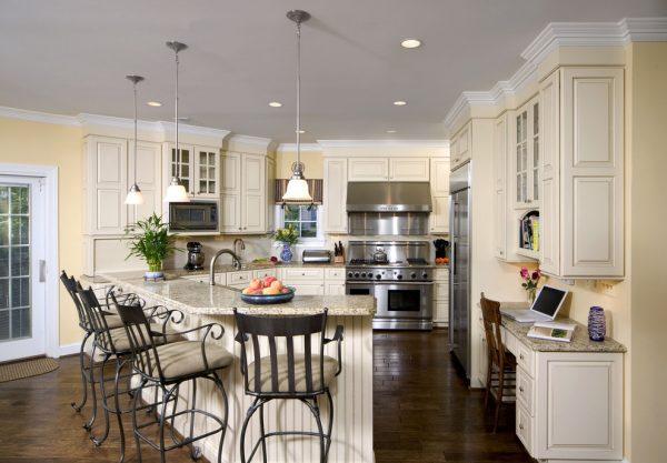 Люстра и точечные светильники на кухне