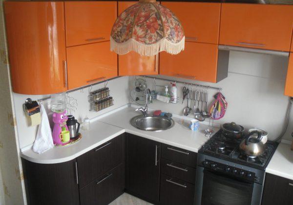 Яркая люстра на кухне