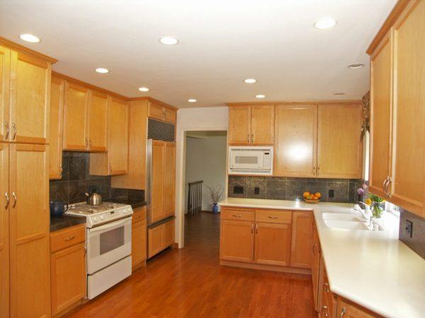 Освещение кухни точечными светильниками