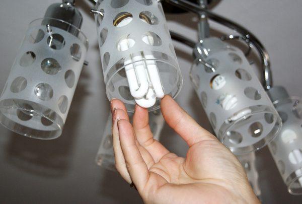 Замена лампочки в люстре