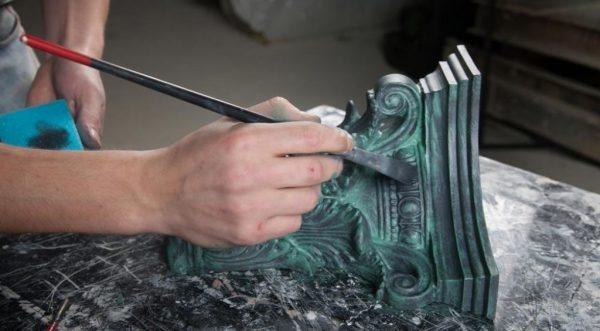 Процесс обработки деревянного предмета патиной