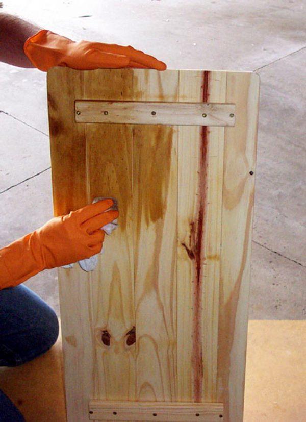 Процесс обработки двери морилкой