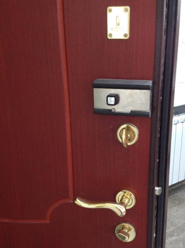 Дверь с дополнительным накладным замком