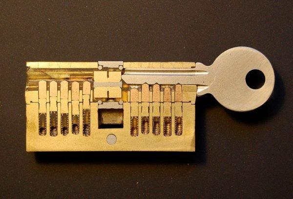Ключ в скважине замка