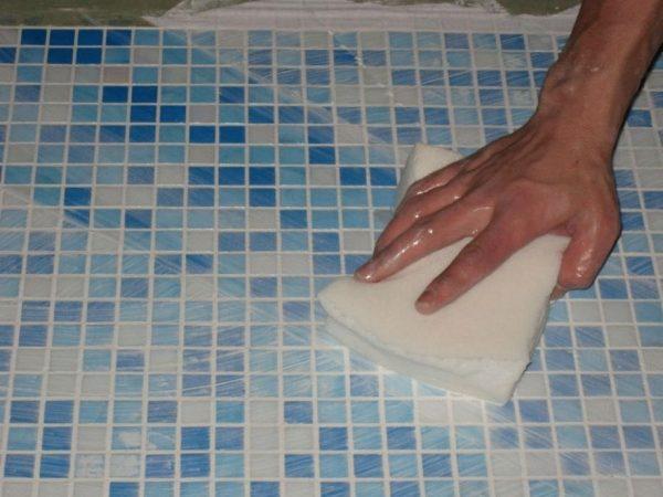 Очистка поверхности мозаики