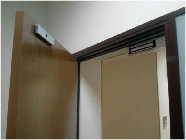 Магнитный замок на массивной двери