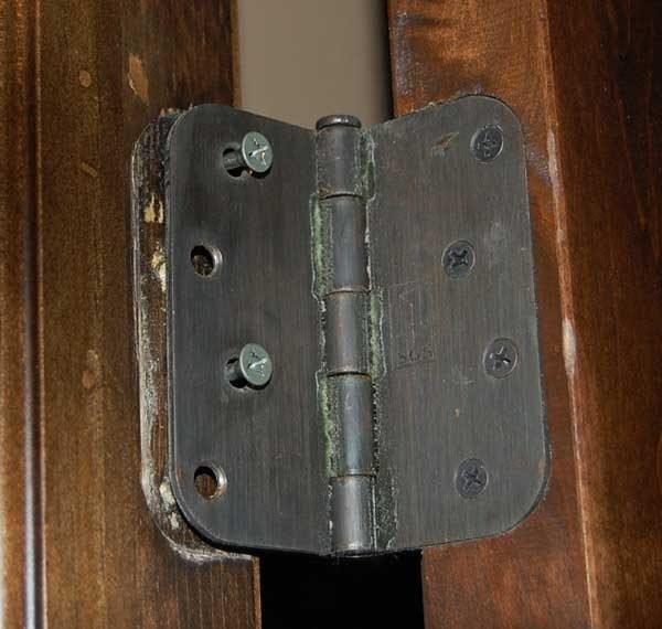 Неправильный монтаж дверной петли
