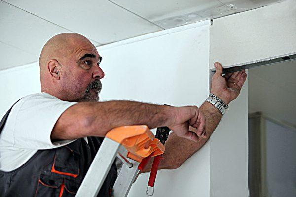 Процесс уменьшения дверного проёма