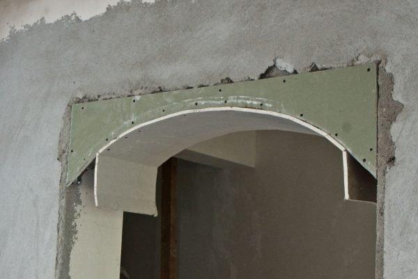 Гипсокартонная арка в дверном проёме