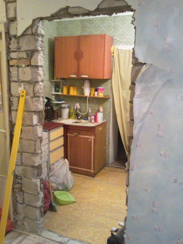 Процесс расширения прохода в стене