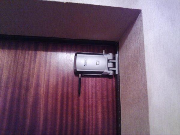 Задвижка на металлической двери