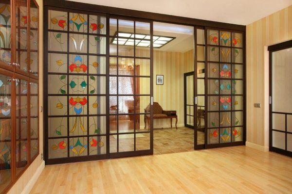 Раздвижные двери с витражом